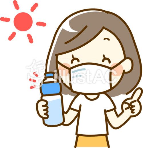 マスクした女性が太陽の下で水分補給